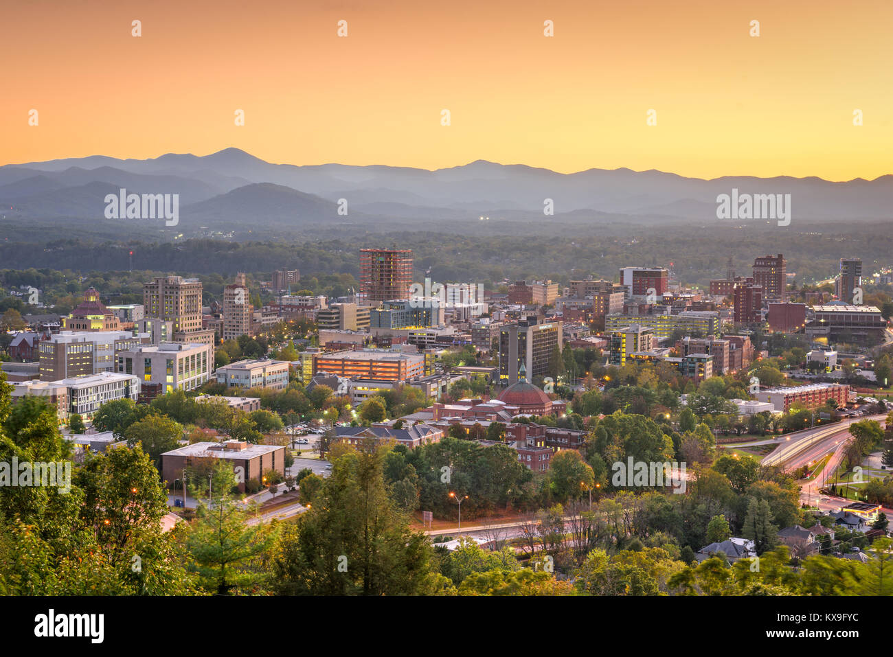 En Asheville, Carolina del Norte, EE.UU. ciudad al anochecer. Foto de stock