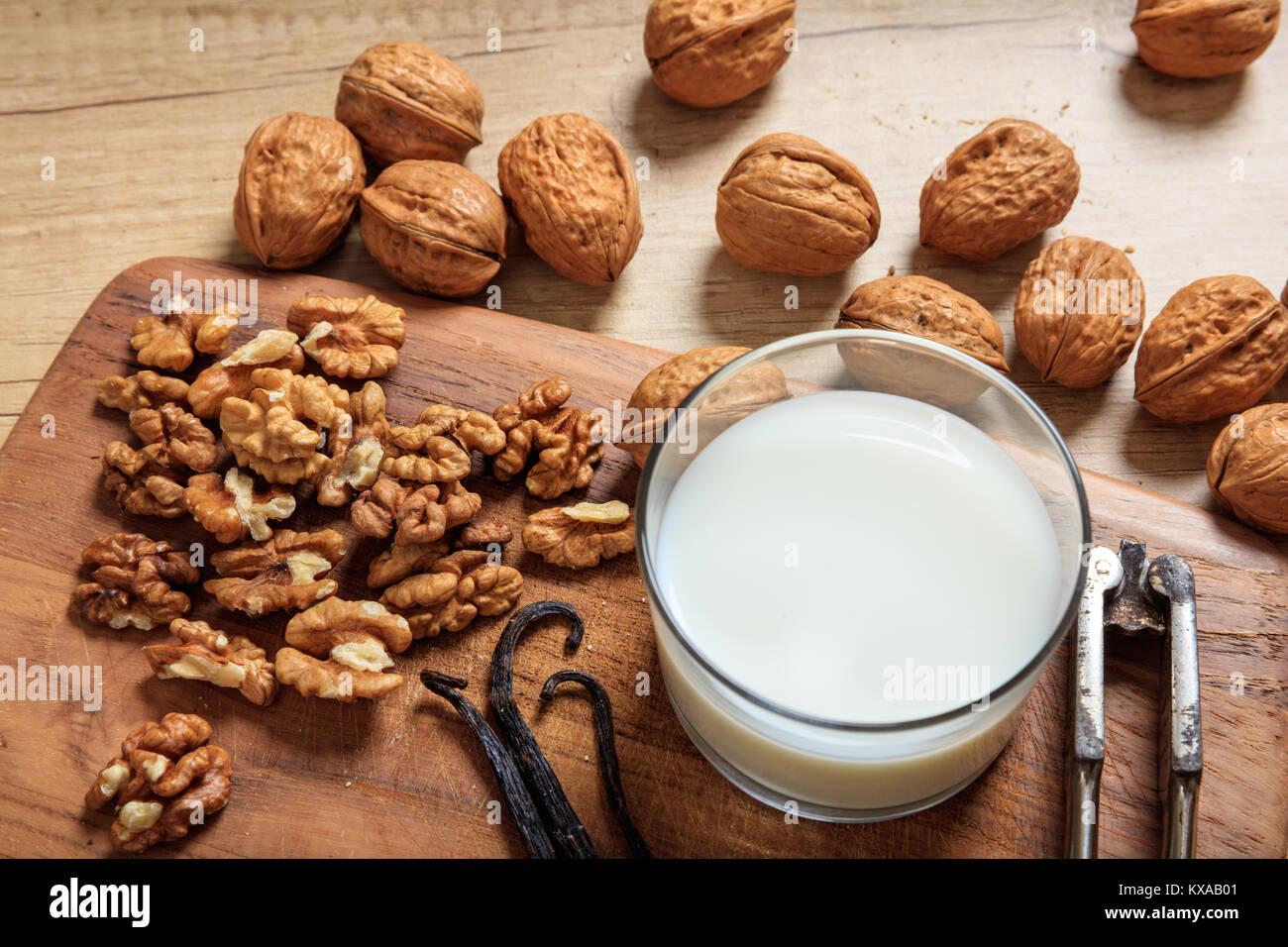 Vegan leche de nueces sobre una superficie de madera Imagen De Stock