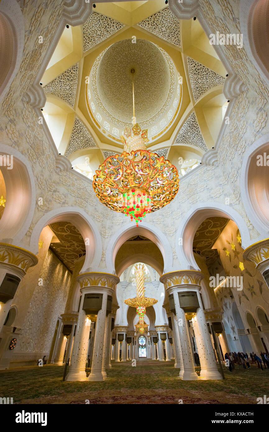 Interior de la Mezquita Sheikh Zayed en Abu Dhabi. Es la mezquita más grande en el país. Imagen De Stock