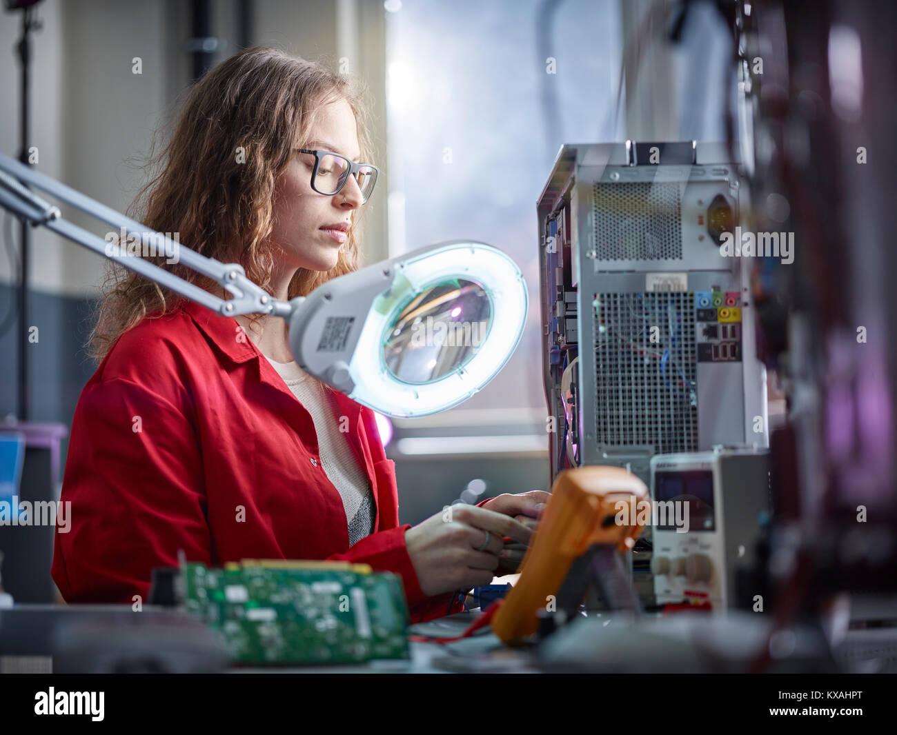 Medidas técnico con un dispositivo de medición en un laboratorio de electrónica, Austria Imagen De Stock