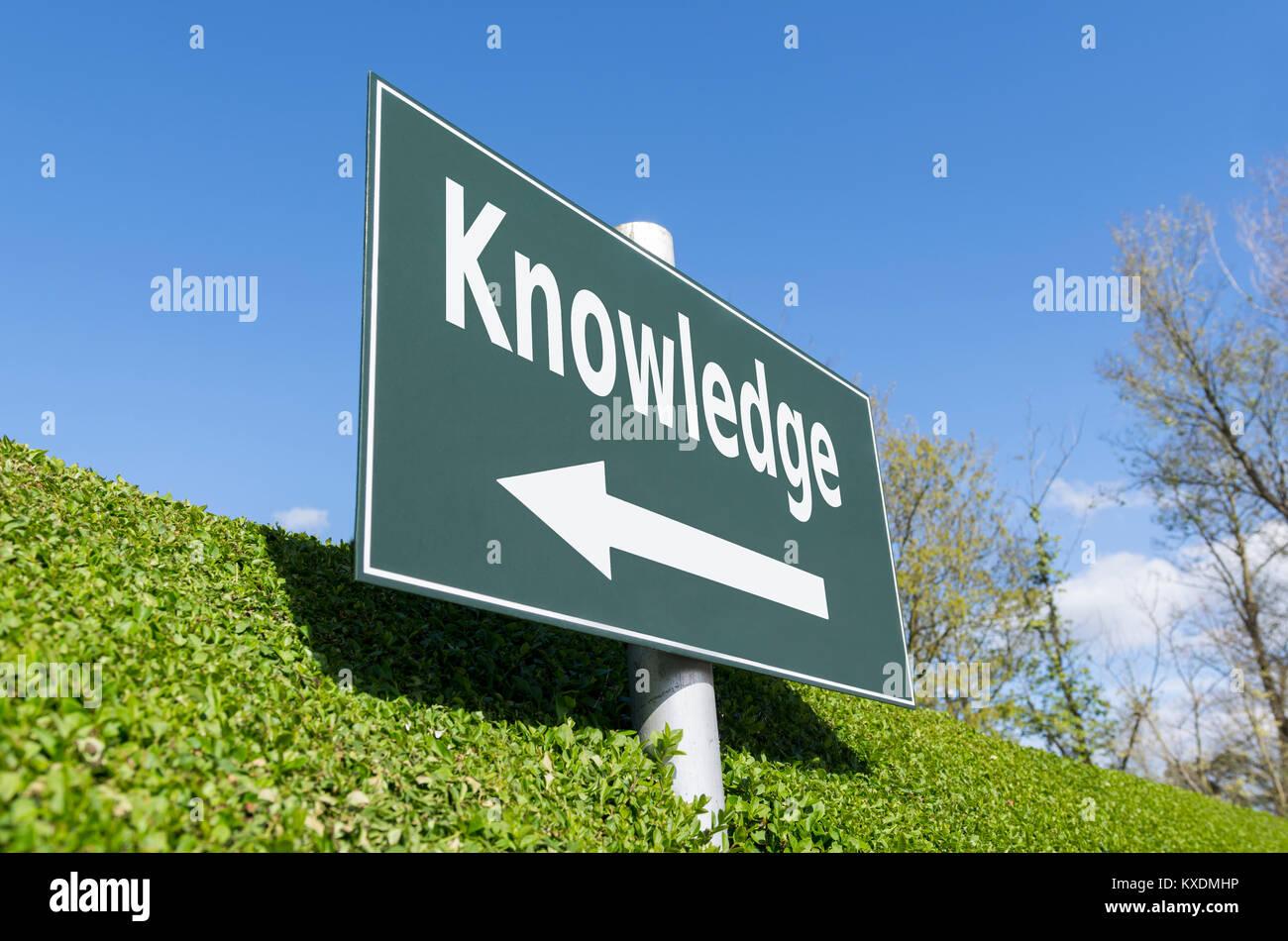 Concepto de conocimiento. Señal que apunta en la dirección de conocimientos. Imagen De Stock