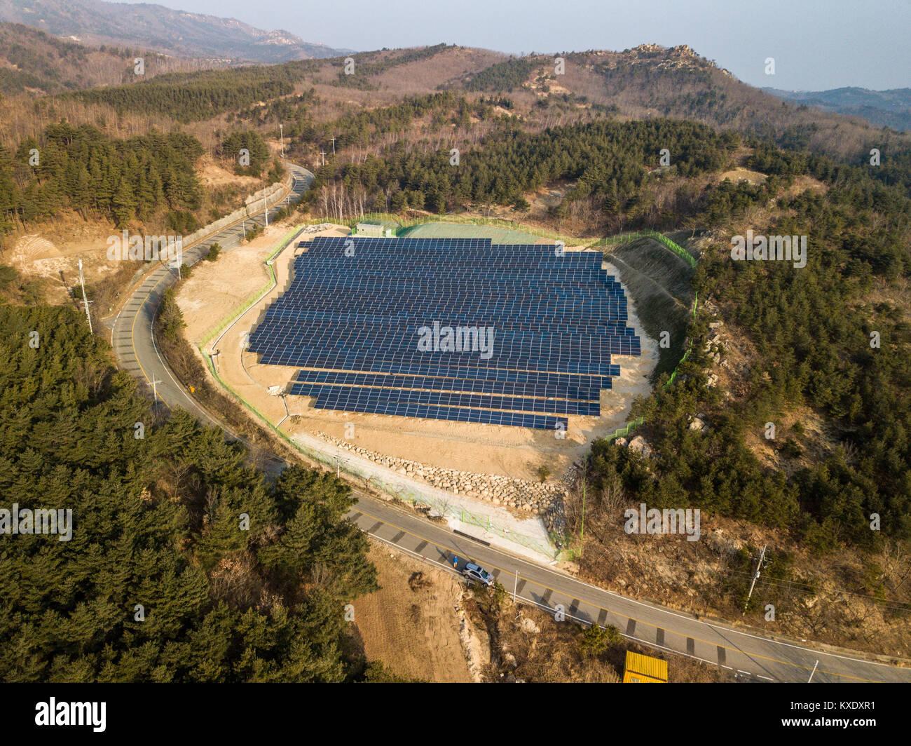 Paneles solares en las zonas rurales del este de Corea del Sur Imagen De Stock