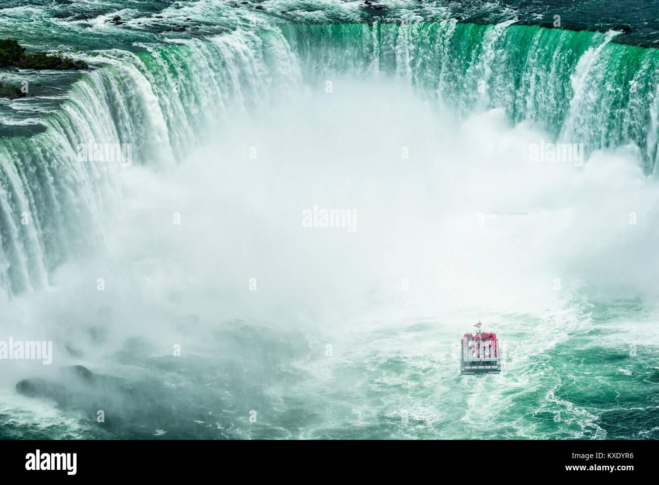 Un alto ángulo de visualización en barco de pasajeros acercándose a las Cataratas del Niágara, visto desde el lado Foto de stock
