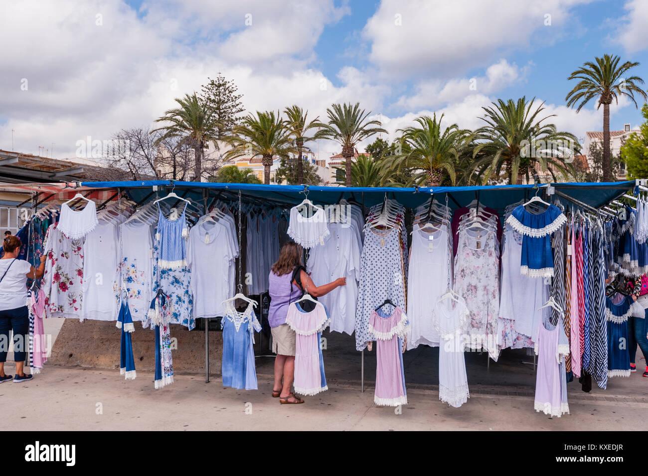 dec87de78b0 Ropa para la venta en el mercado de la calle en Mahón