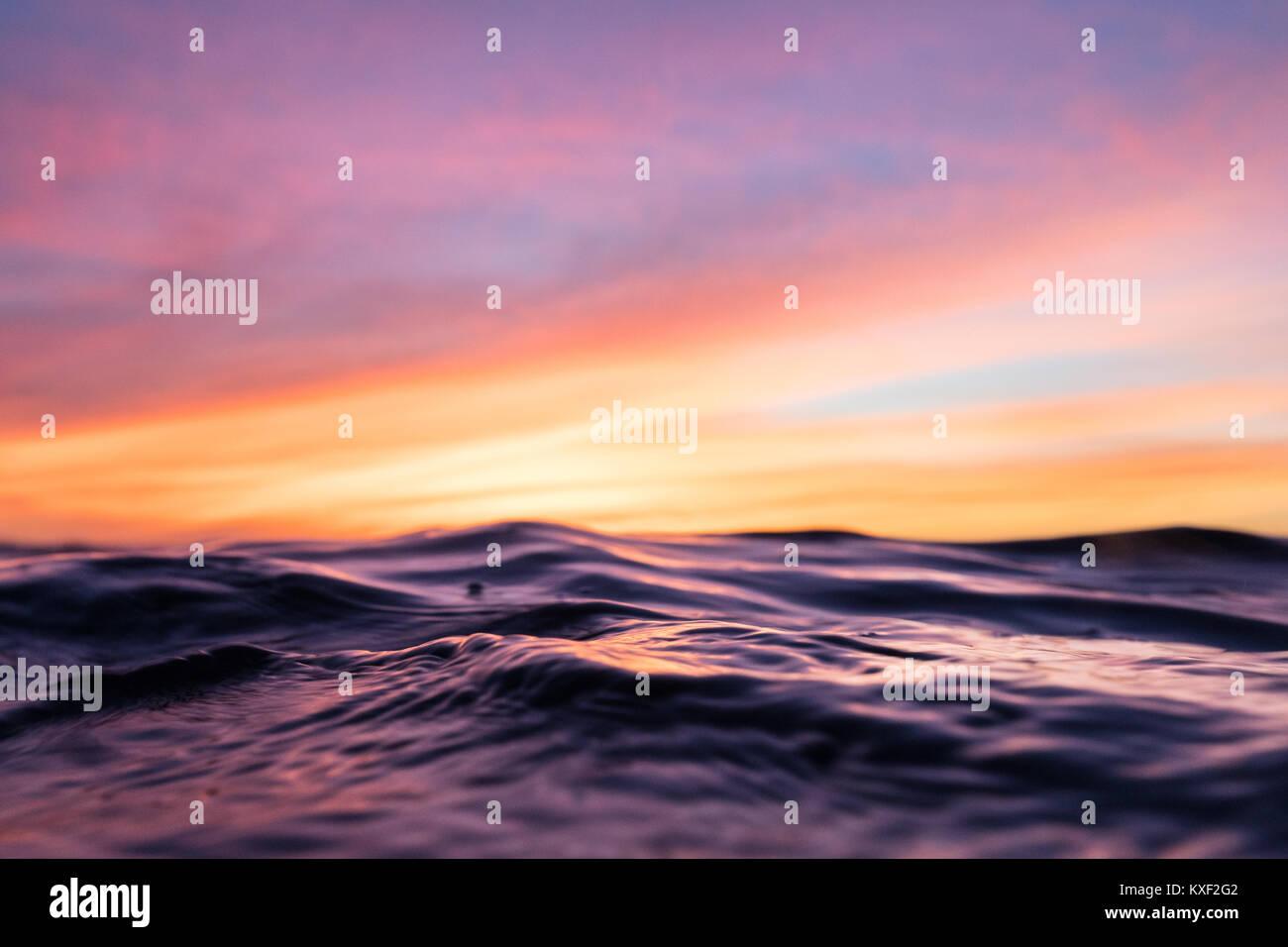 Las ondulaciones se extienden a lo largo de la superficie del océano ...