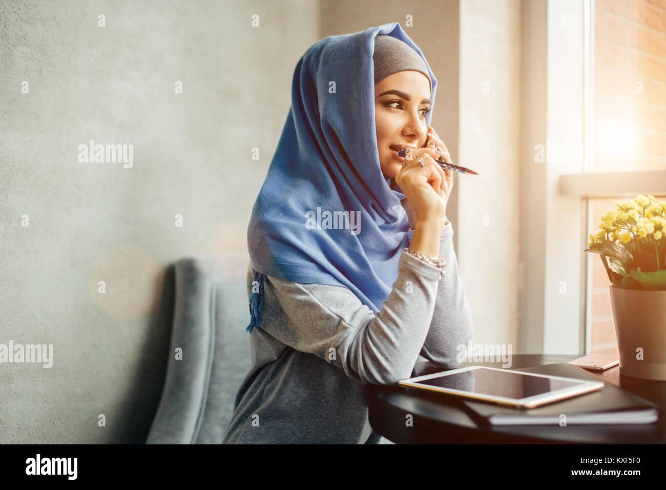 Mujer de negocios musulmanes en el teléfono más de conferencia Imagen De Stock