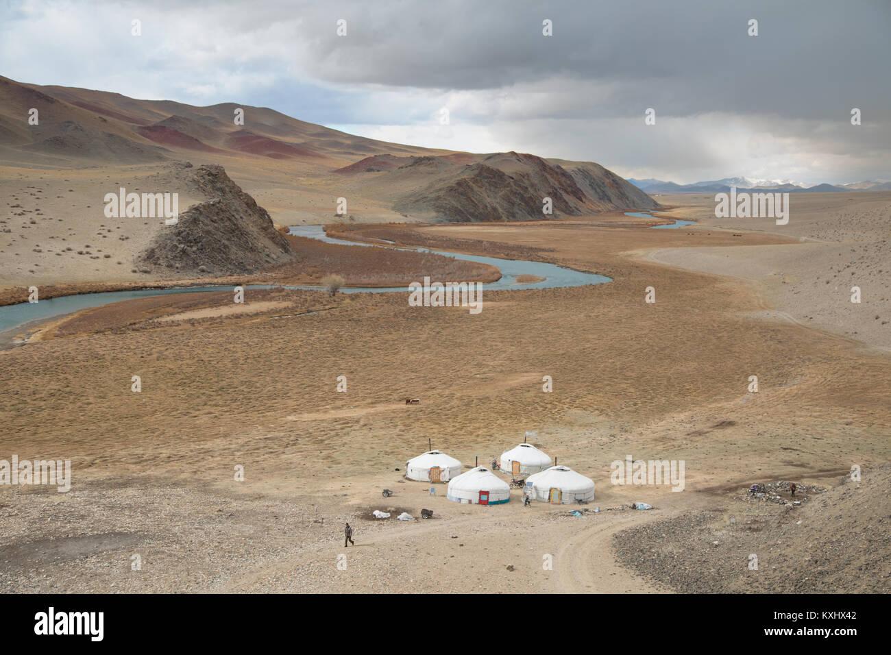 Paisaje mongol gers kazajas río familiar invierno nublado Mongolia Foto de stock