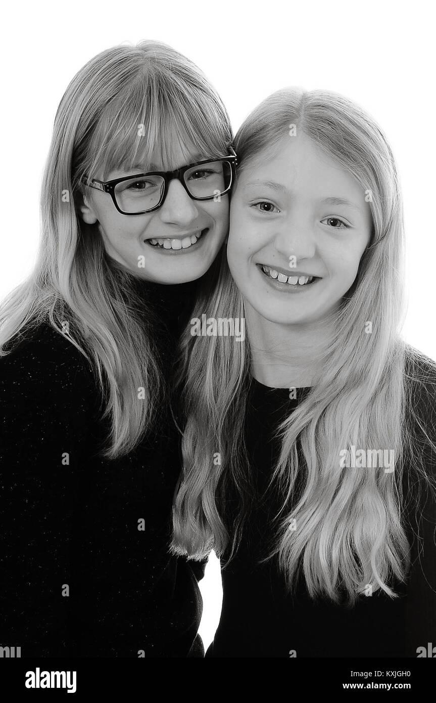 0f290af3e6 Dos bonita rubia abrazando a las niñas de raza blanca y sonriente ...