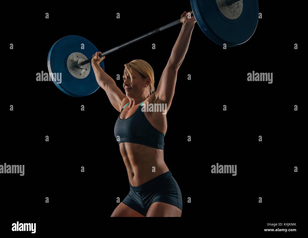 Las hembras jóvenes levantador de pesas practicando barbell halterofilia arrebatar Imagen De Stock