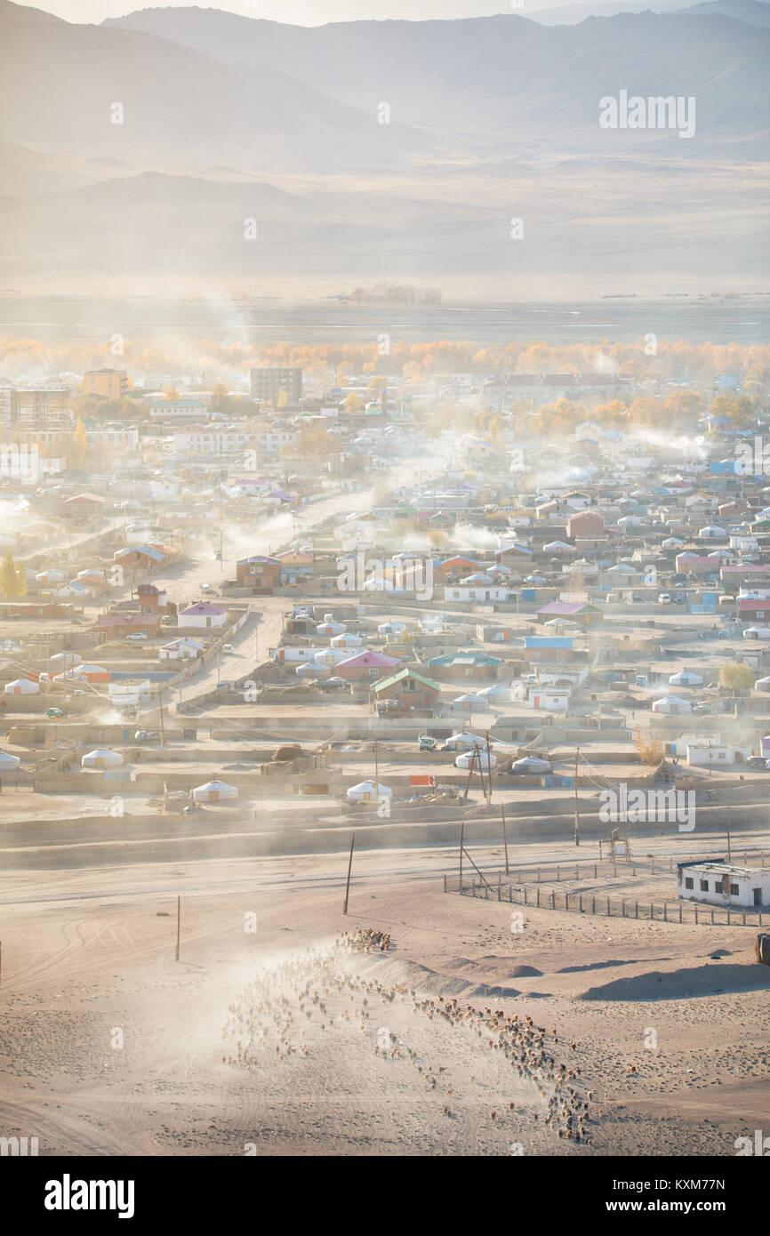 Ciudad Khovd Hovd sunset chimeneas de humo quemando carbón para mantenerte caliente y frío invierno mongol Imagen De Stock