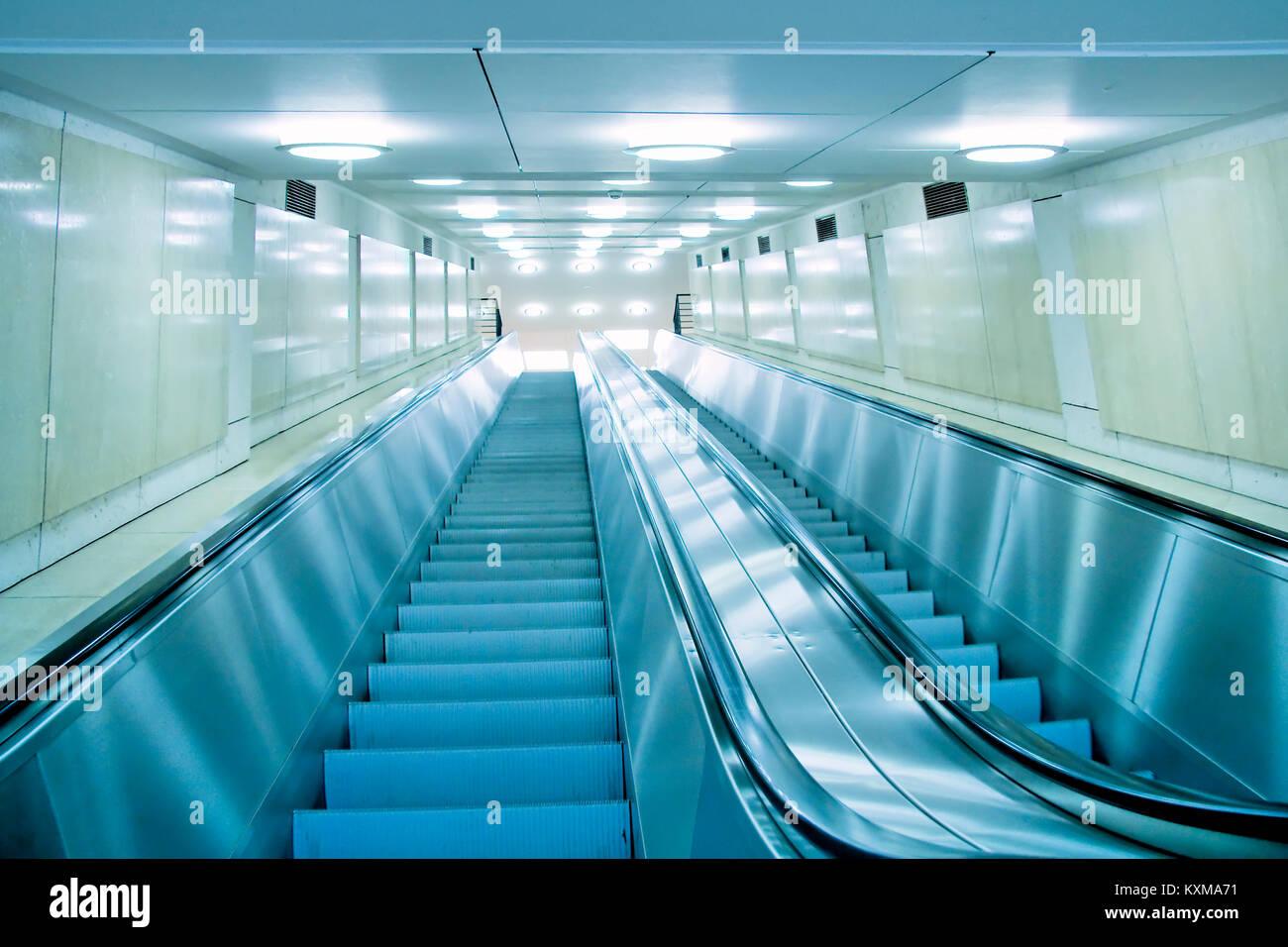 Interior moderno con escaleras mecánicas. Foto de stock