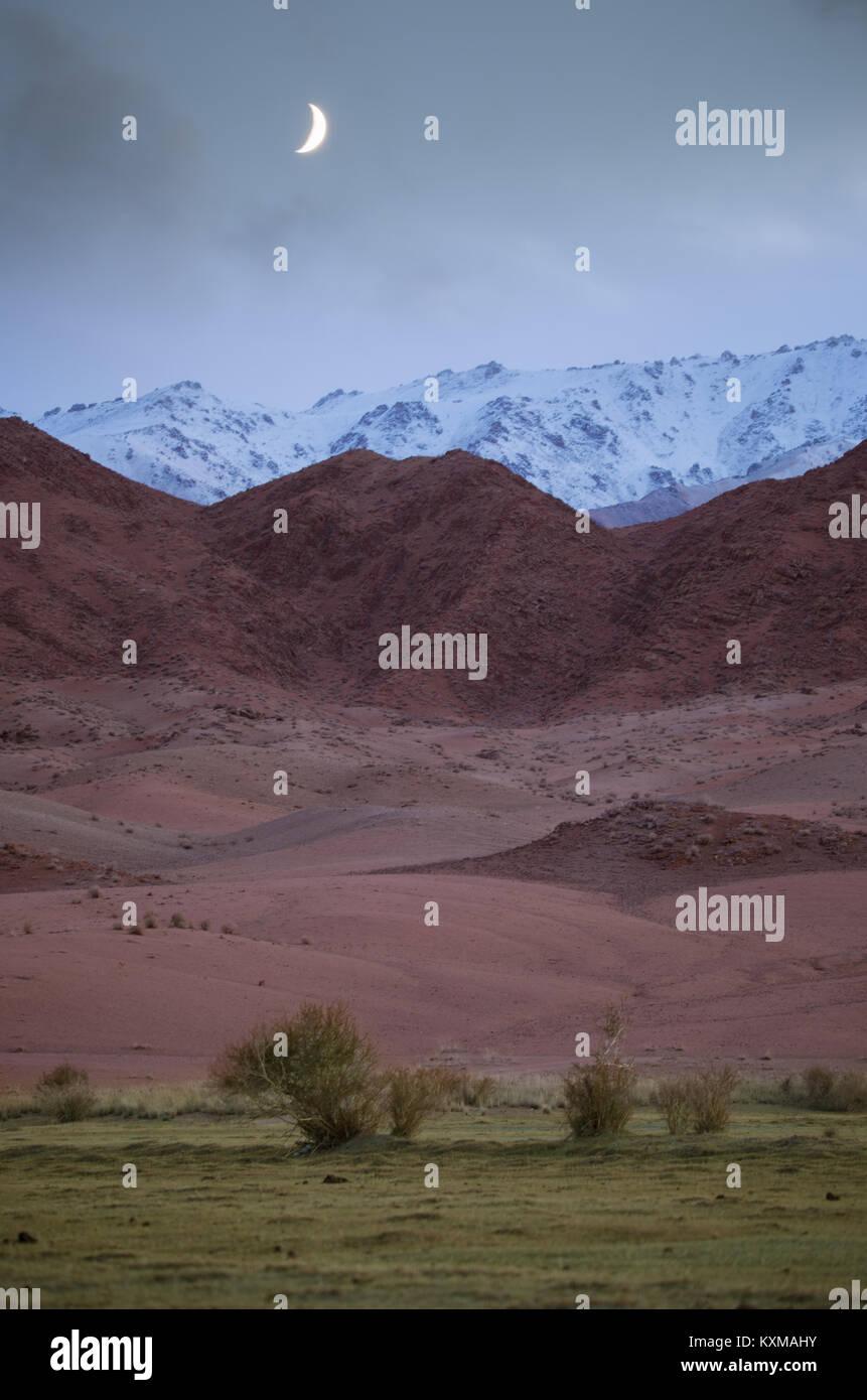 Mongolia paisaje lunar montañas blancas rojo atardecer Foto de stock