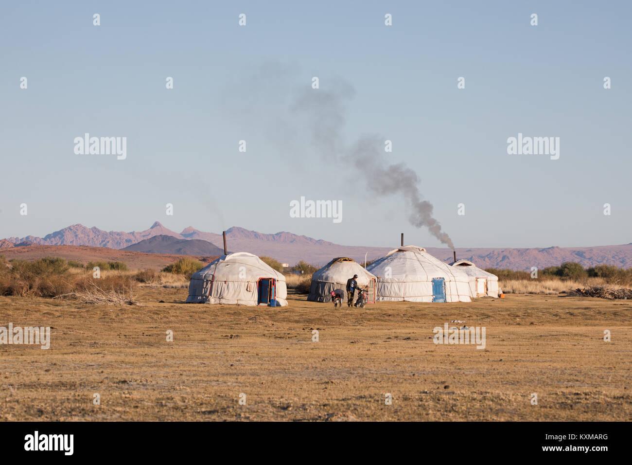 Gers Mongoles humo chimenea tradicional familia comunidad rural país vida lateral Foto de stock