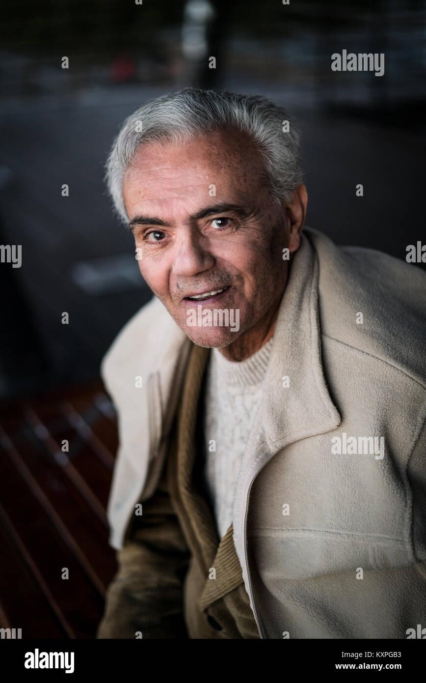 Retrato casual de un Feliz setenta y cinco años de edad, hombre sonriendo Imagen De Stock