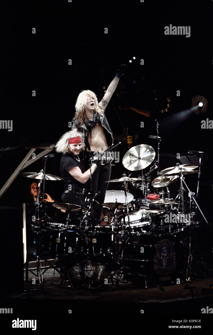 c642c5256326 Guns and Roses el baterista Matt Sorum interpretando en vivo durante el uso  su ilusión world tour en el Palacio de los deportes en la Ciudad de México  en el ...