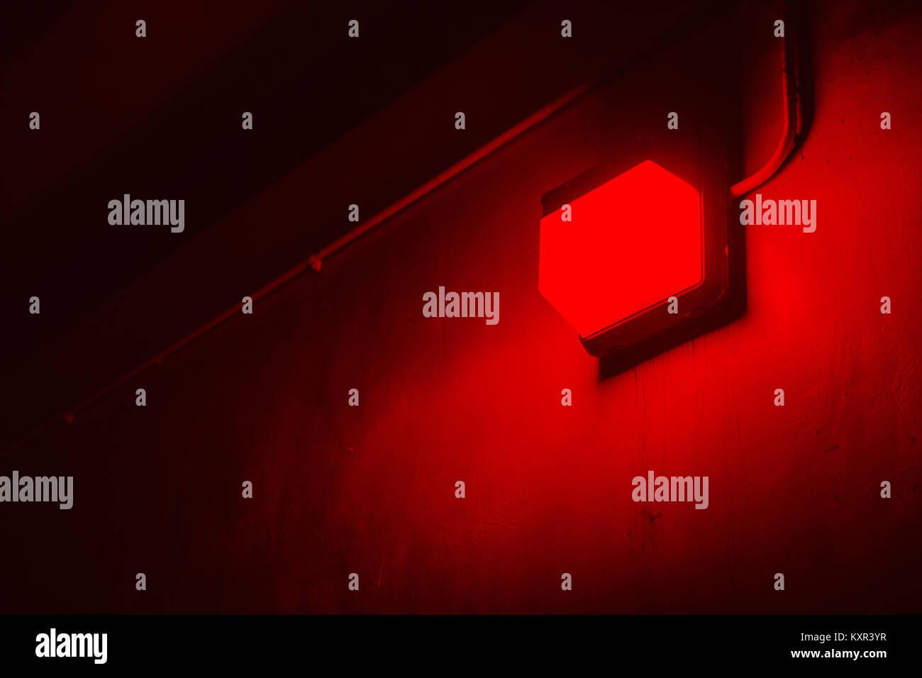 Luz roja en el procesamiento de fotografías en el cuarto oscuro ...