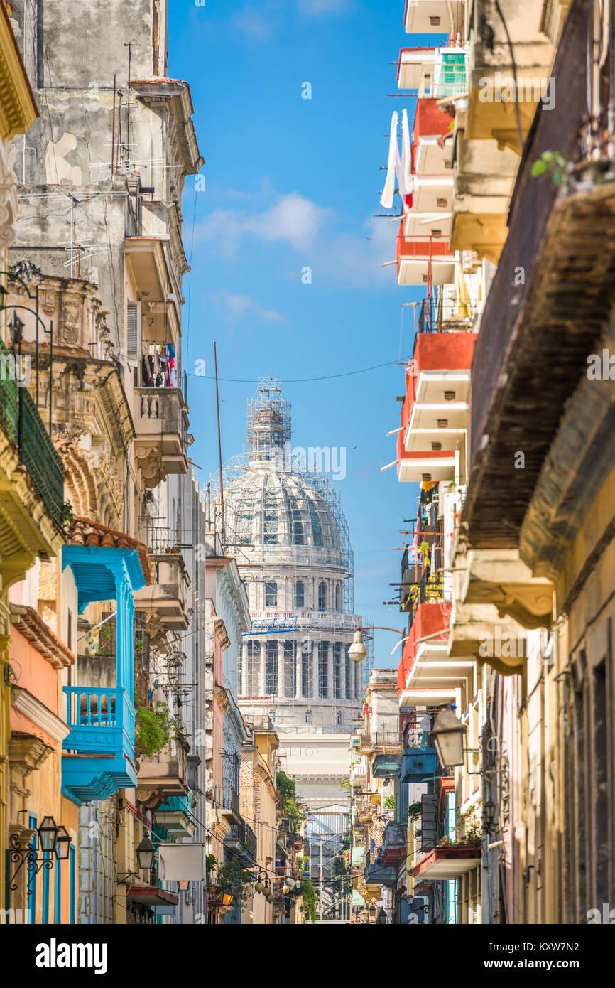 La Habana, Cuba alley y el Capitolio. Imagen De Stock