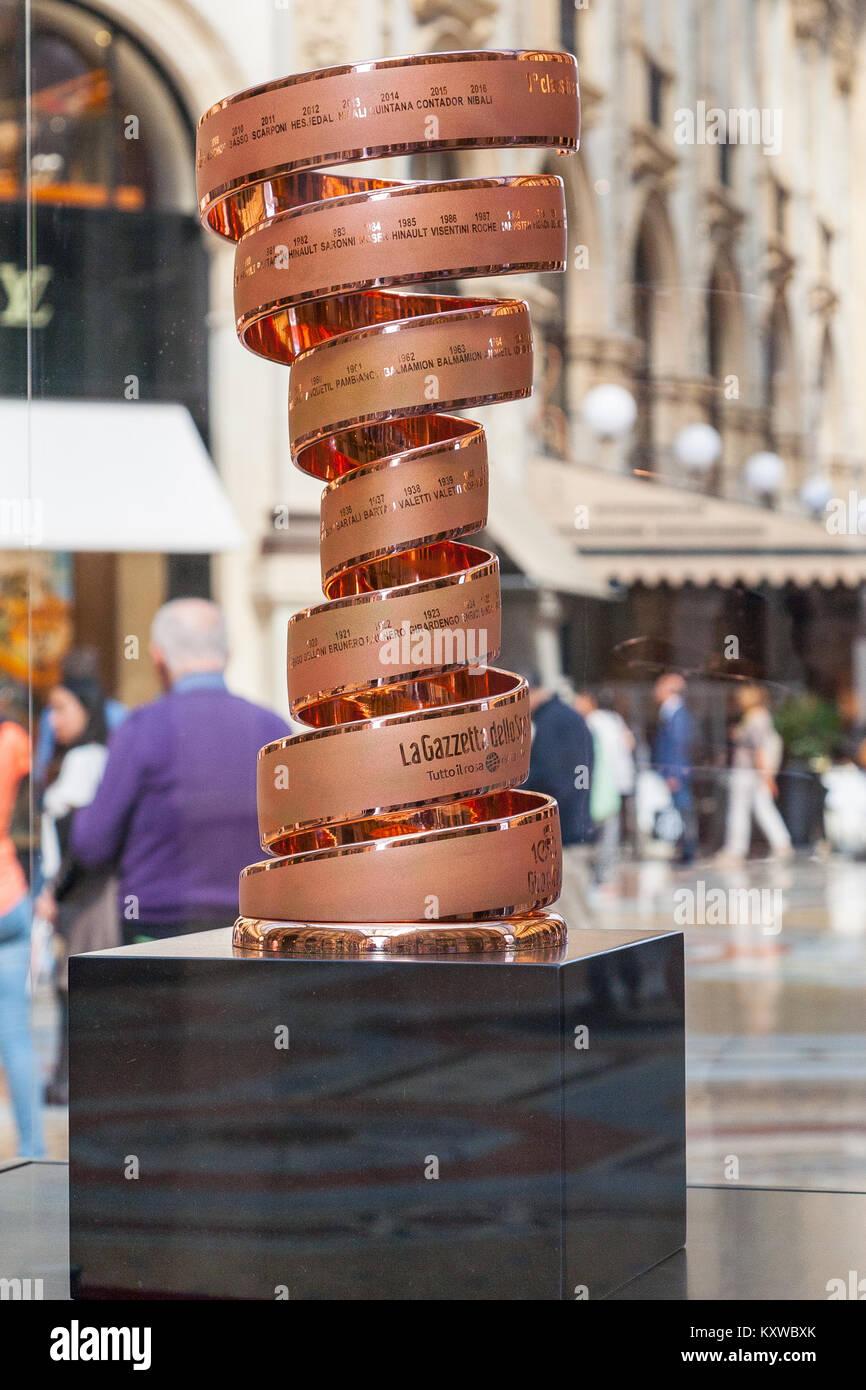 La excursión en bicicleta (Giro de Italia) ganadores trophy en exhibición en la Galleria Vittorio Emanuele Imagen De Stock