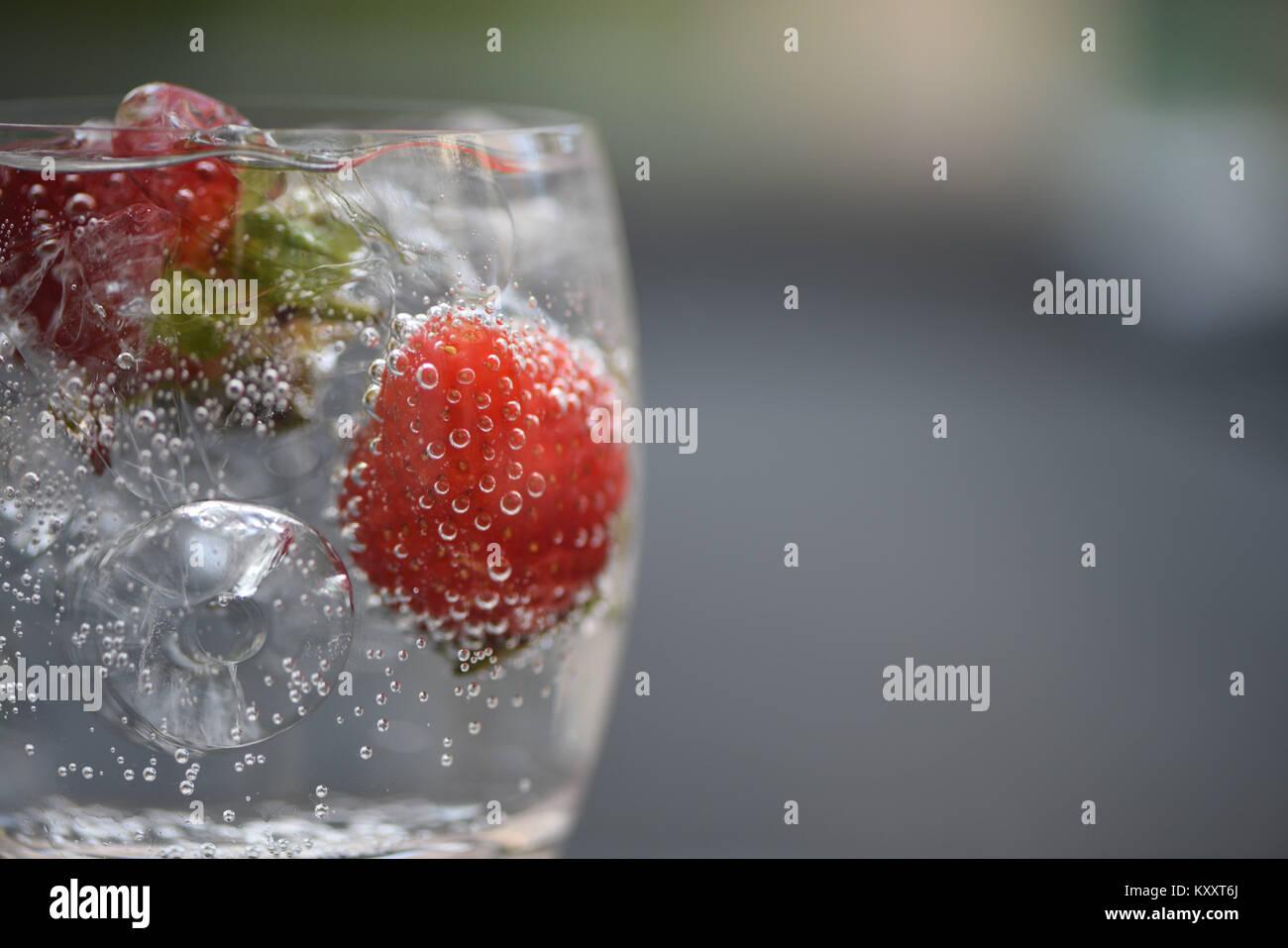 Comida y bebida refrescante cerca de macro fotografía imagen de fruto rojo fresa en una copa de espumoso de Imagen De Stock
