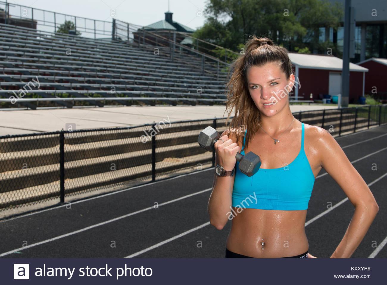 Lindo y colocar los adolescentes caucásicos chica trabajando en pista al aire libre brilla con el sudor en Imagen De Stock