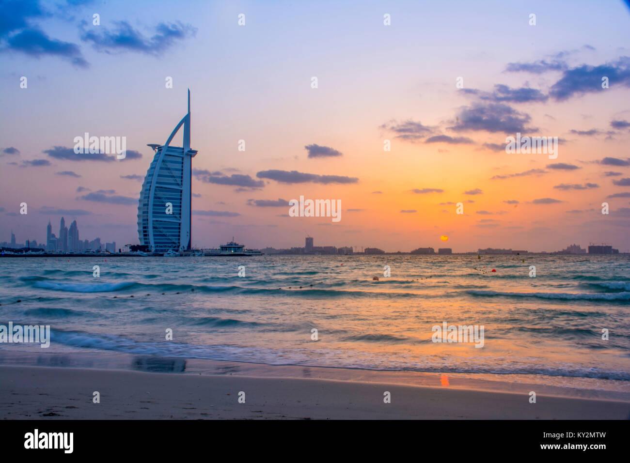 El Burj Al Arab Sunset - Noche dispararon desde Umm Suqeim beach - Dubai Foto de stock