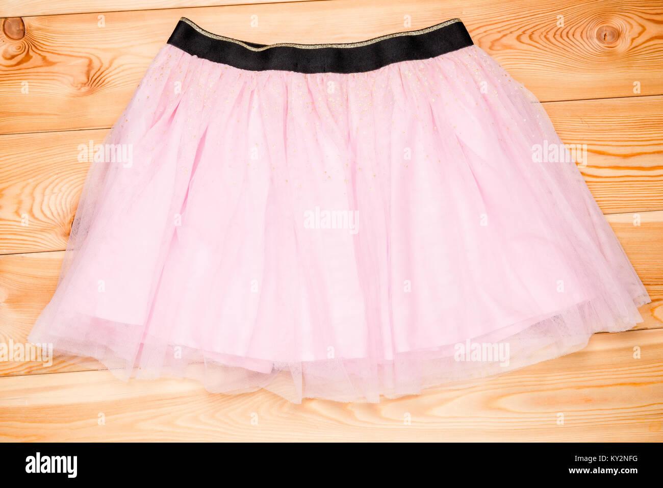 02e15cb2a Falda de tul rosa sobre tablas de madera para niñas · Konstantin Labunskiy  / Alamy Foto de stock