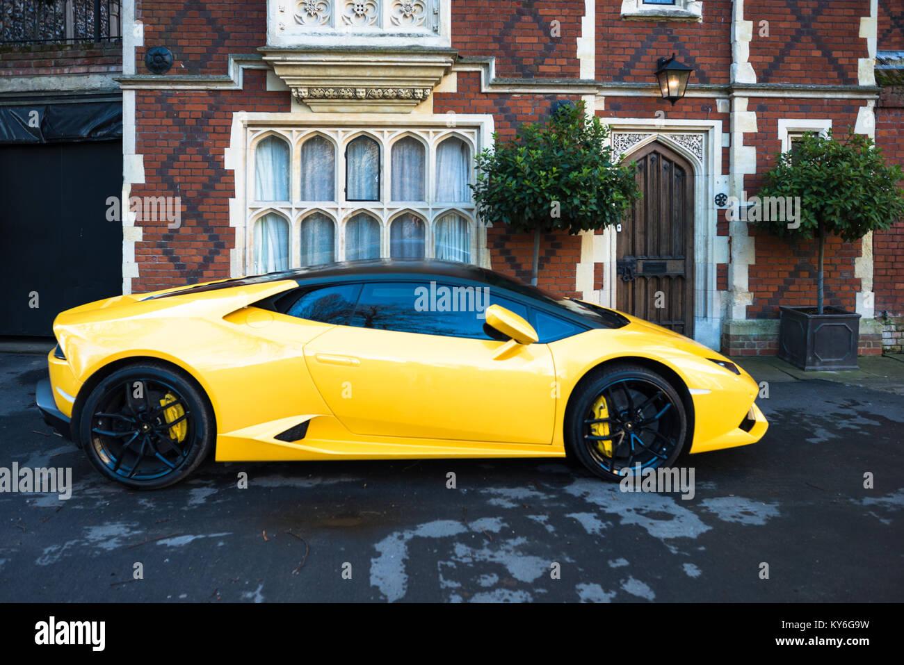 Lamborghini amarillo aparcado fuera gran casa antigua en Chequer plaza junto a la torre de Norman y afrontar el gran camposanto, Bury St Edmunds, Suffolk, Foto de stock