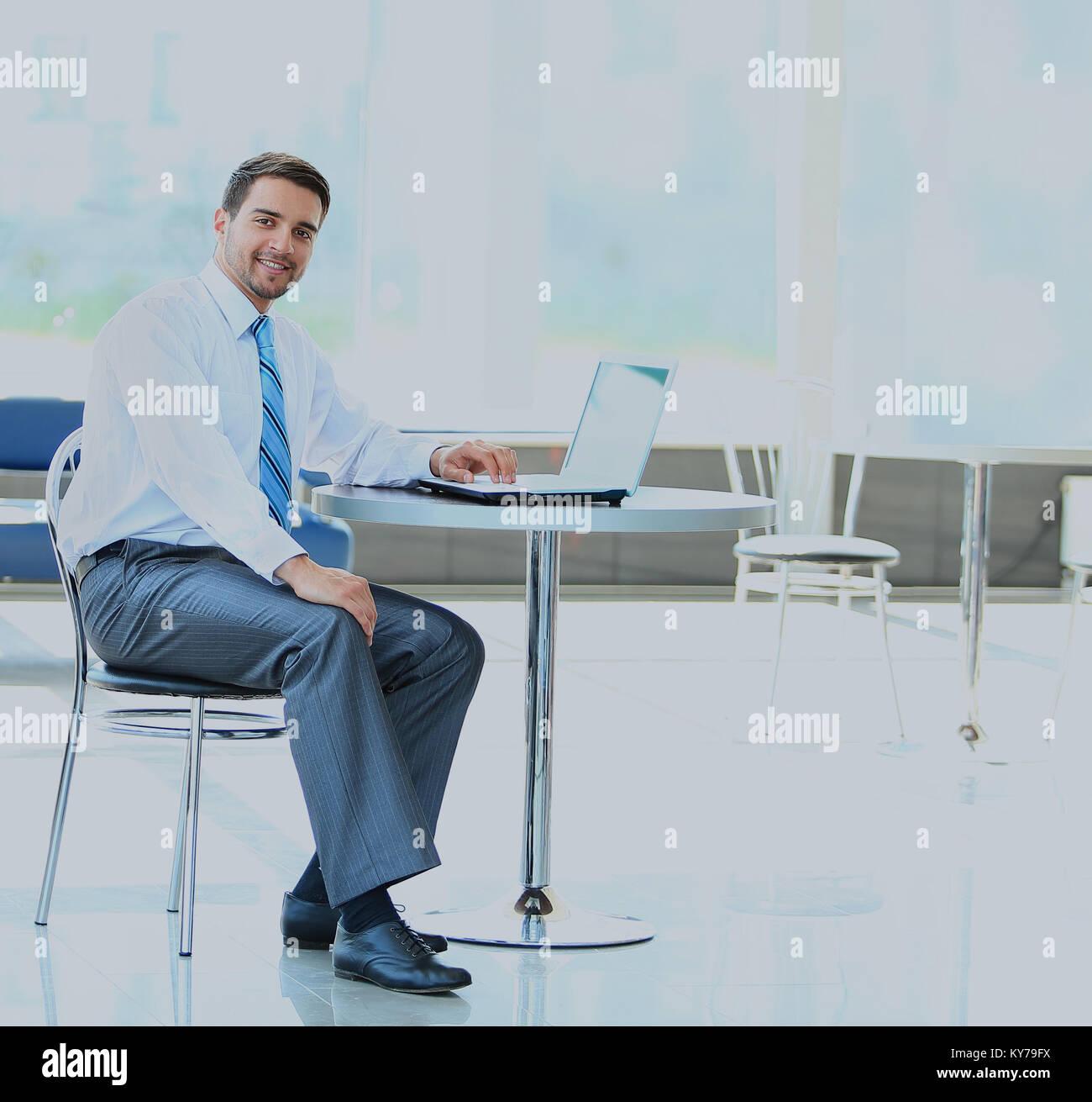 Retrato de administrador ocupado escribiendo en el portátil en la oficina. Foto de stock