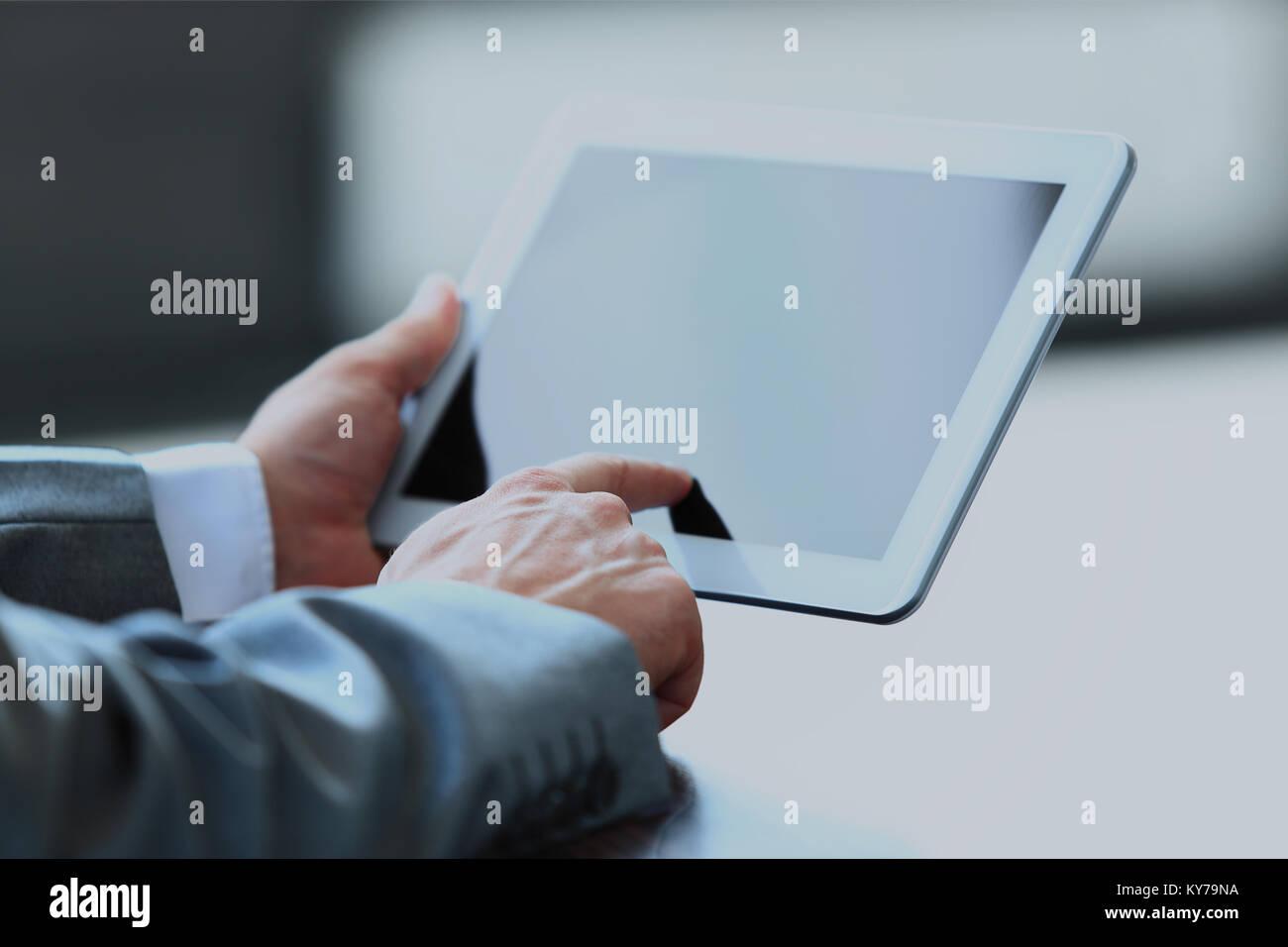 Tableta digital holding empresario. Imagen De Stock