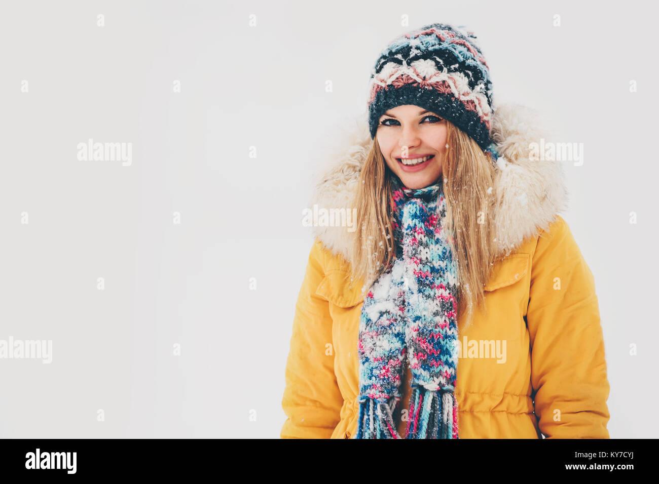 Ropa Y Bufanda Fondo Sombrero Outdoor Mujer De Fashion Abrigo Blanco Feliz Sonriendo Lifestyle Invierno 6IwFx8z6
