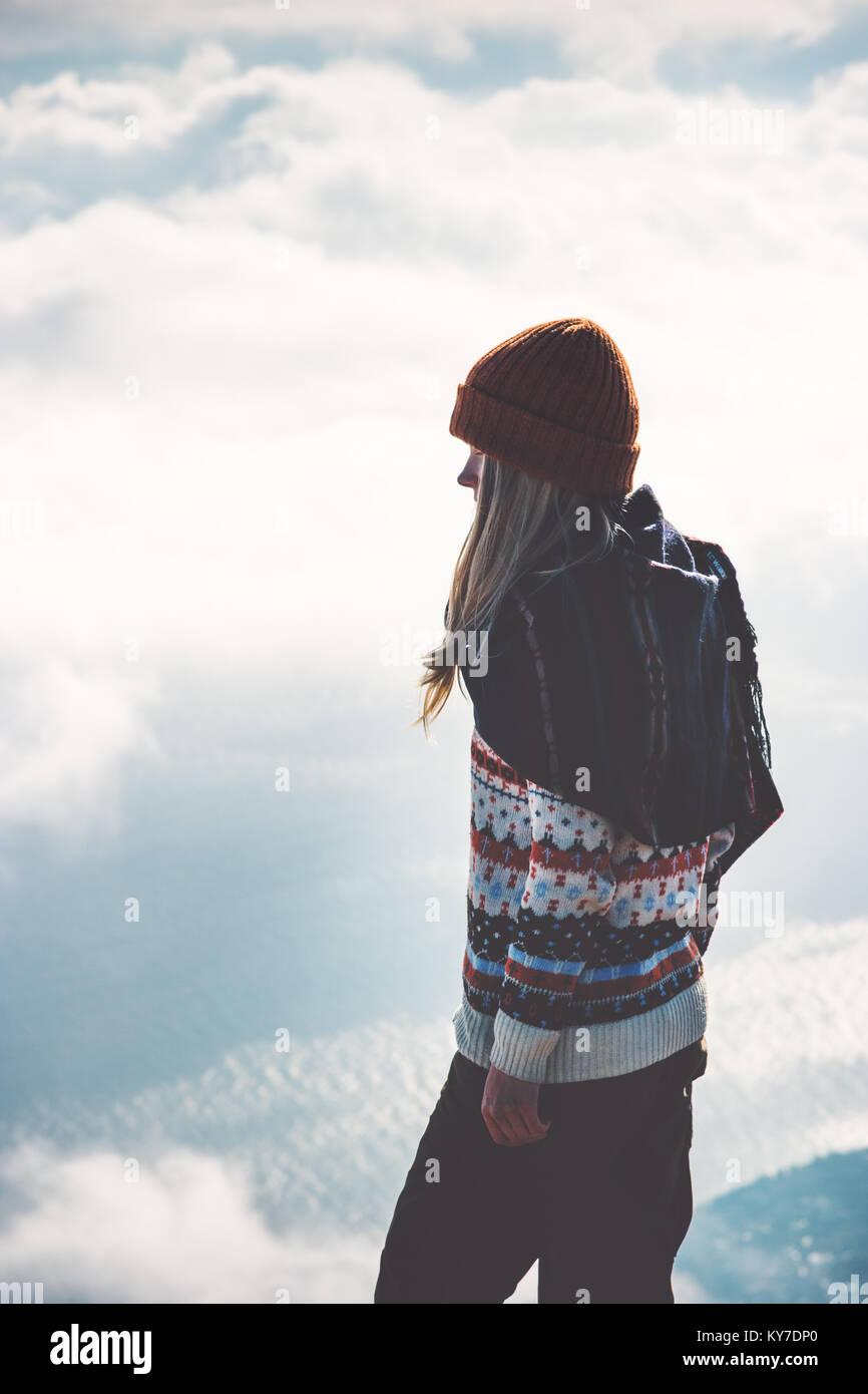 Mujer en la cumbre de la montaña brumosas nubes paisaje de fondo en concepto de estilo de vida de viajes de Imagen De Stock