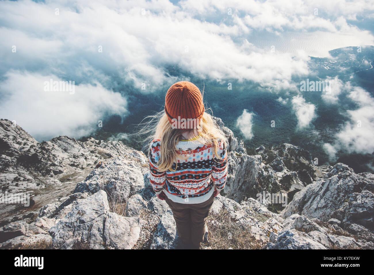 Mujer viajero en la montaña cumbre sobre nubes viajan Lifestyle éxito concepto de aventura al aire libre Imagen De Stock