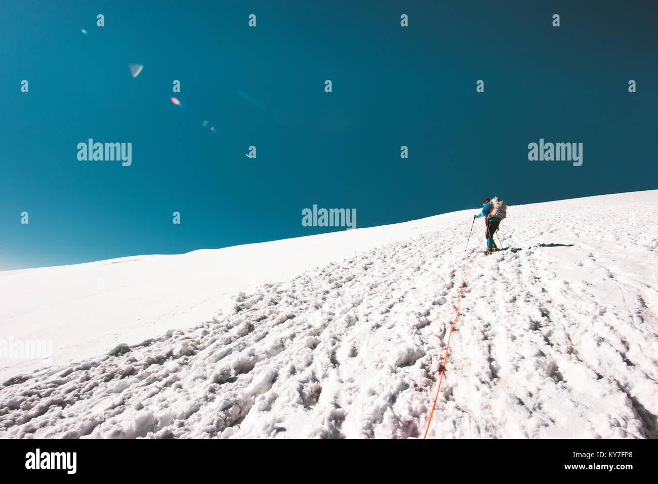 Hombre subía a la cumbre de la montaña en glaciar Viajes Aventura concepto de estilo de vida de vacaciones Imagen De Stock