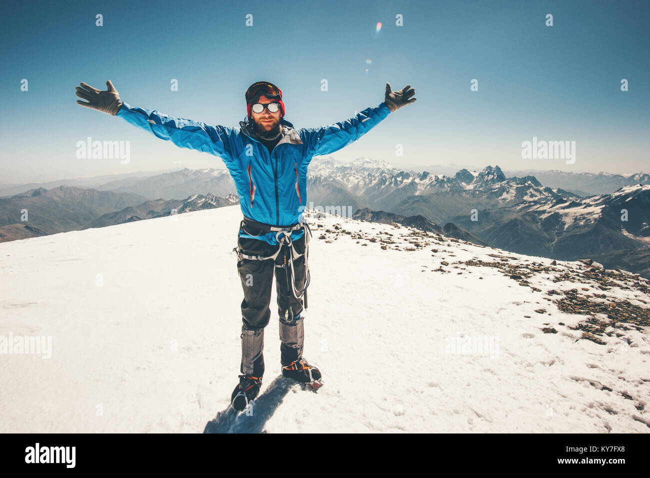 Escalador hombre en Elbrus montaña cumbre de este concepto de éxito en el estilo de vida de viajes de Imagen De Stock