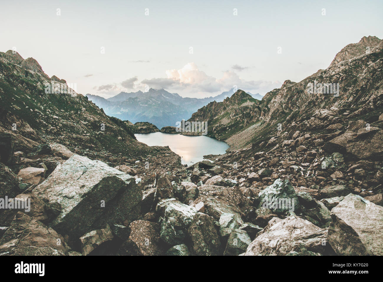 El lago y las Montañas Rocosas del paisaje sereno de viajes de verano vista escénica escena atmosférica Imagen De Stock