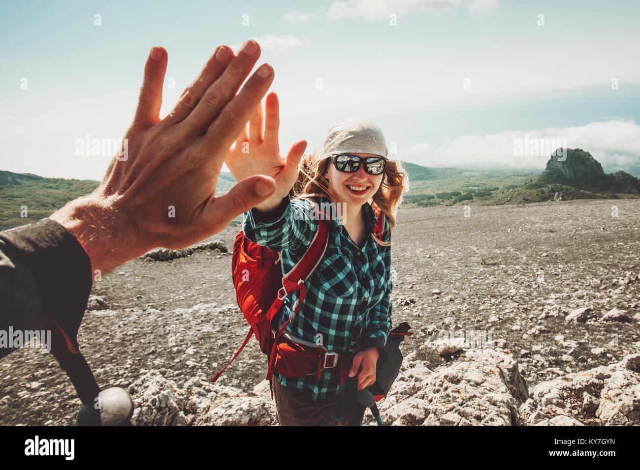 Feliz amigos dando cinco manos viajar a las montañas Viajes concepto emociones positivas en el estilo de vida. Imagen De Stock