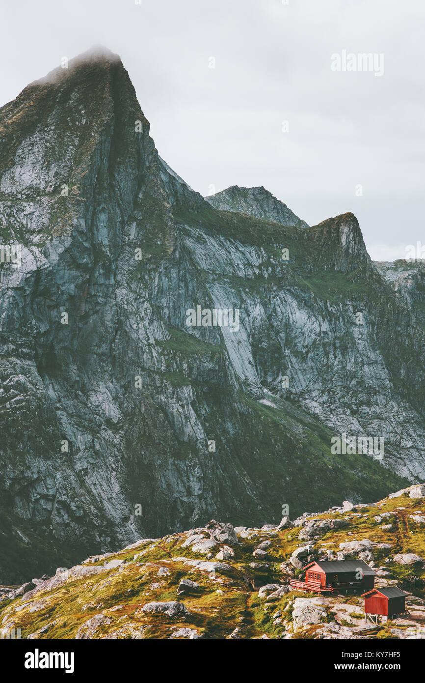 Paisaje de las montañas cabaña Munkebu Hermannsdalstinden caminata en Noruega scandinavian Travel Imagen De Stock