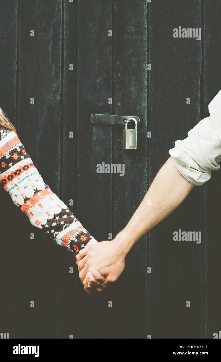 Amor pareja manos sosteniendo eternamente junto estilo de fondo de madera y bloqueo sobre personas tabú concepto Imagen De Stock