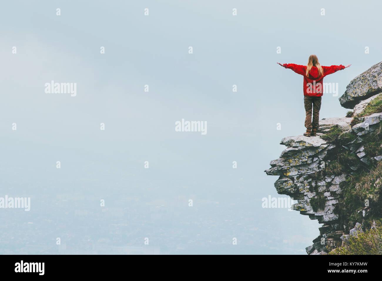 Viajero feliz de pie sobre el acantilado manos levantadas de montaña Lifestyle Viajes éxito motivación Imagen De Stock
