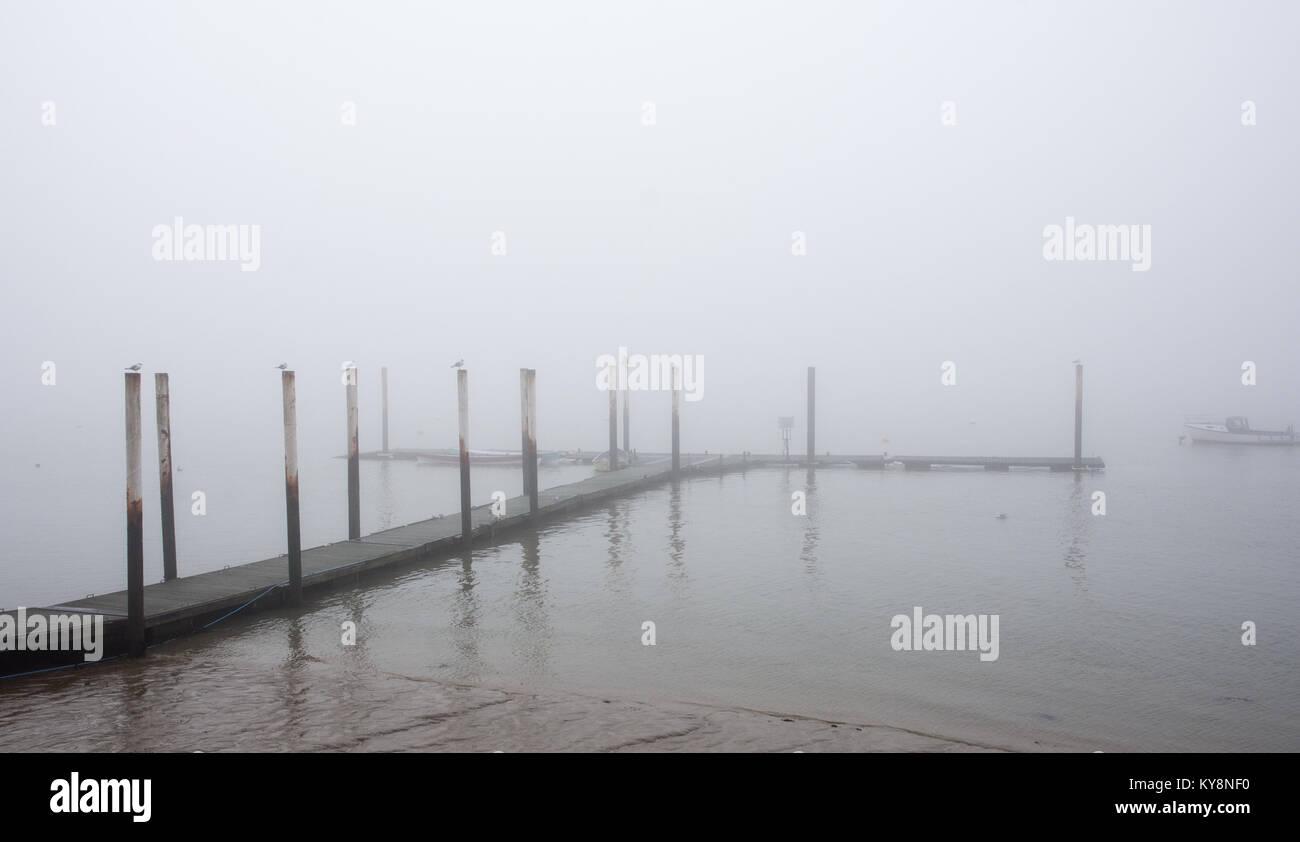Burnham, Inglaterra, Reino Unido - 17 de diciembre de 2016: cubiertas de niebla de un embarcadero en el río Imagen De Stock