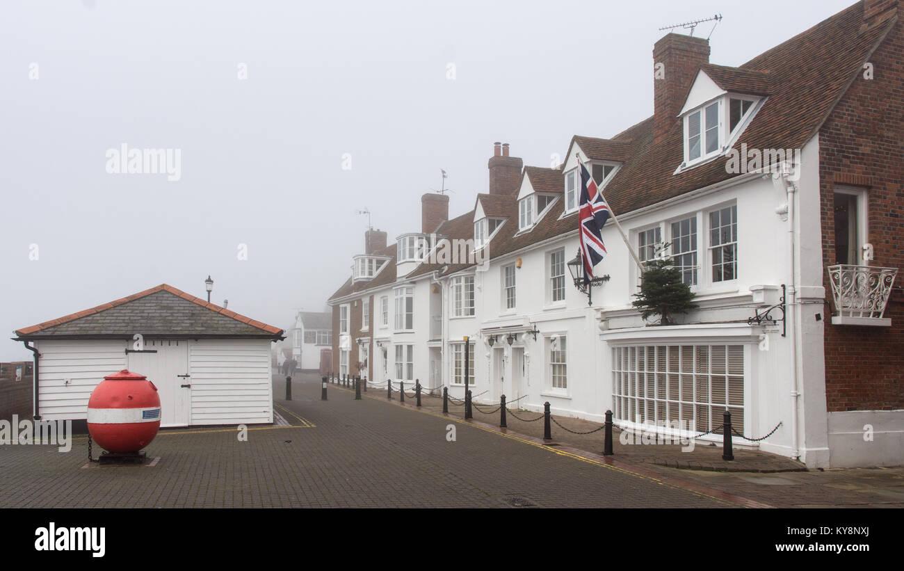 Burnham-on-Crouch, Inglaterra, Reino Unido - Diciembre 17, 2016: niebla parcialmente cubiertas de edificios antiguos Imagen De Stock