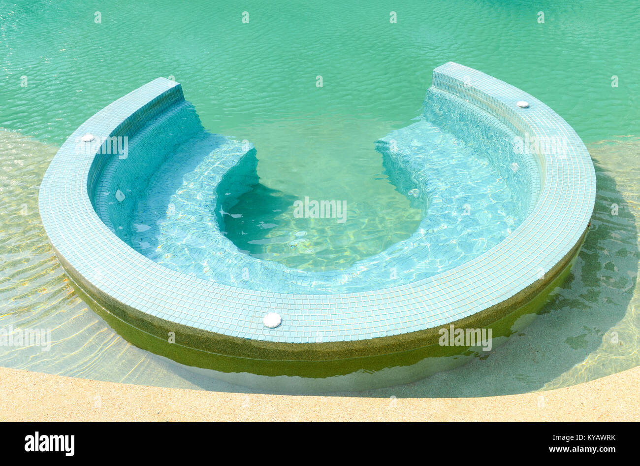 Piscina Con Jacuzzi Exterior.Jacuzzi Exterior Piscina Azul Vacaciones De Verano Foto