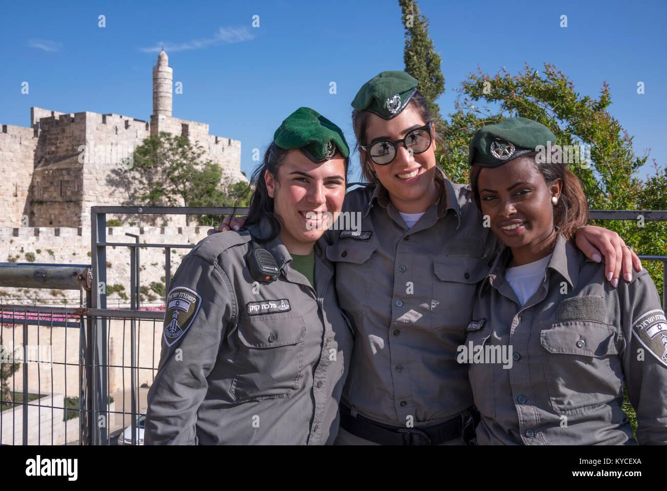 Tres jóvenes mujeres militares en frente de los muros y la torre de David, en Jerusalén, Israel Imagen De Stock
