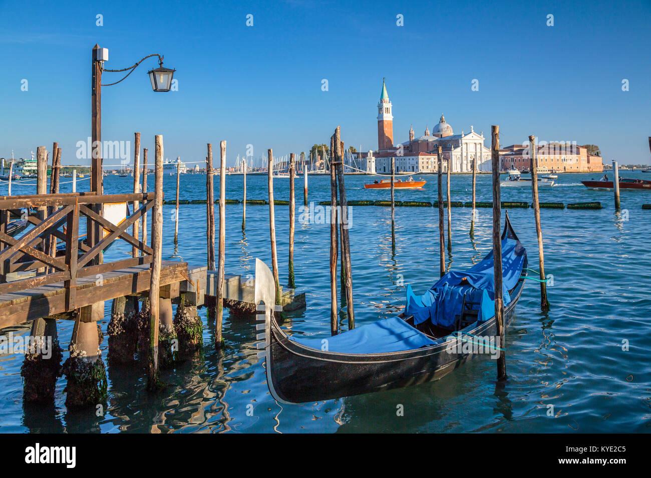 Góndolas aparcadas y la iglesia de San Giorgio Maggiore en Veneto, Venecia, Italia, Europa Foto de stock
