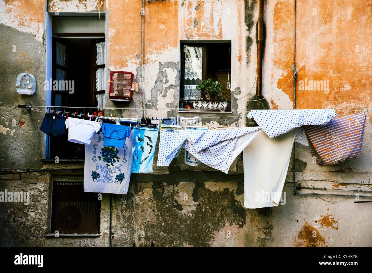 Ropa colgando en algunas líneas de ropa al aire libre en un edificio antiguo, en el casco antiguo de la ciudad Imagen De Stock