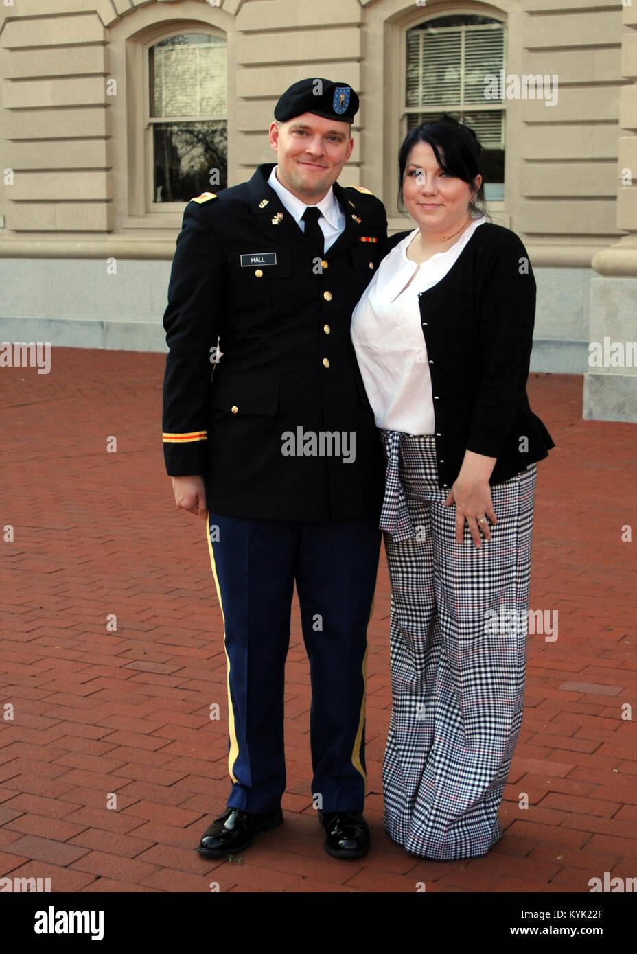 recién promovido el subteniente jeremy hall posa con su esposa