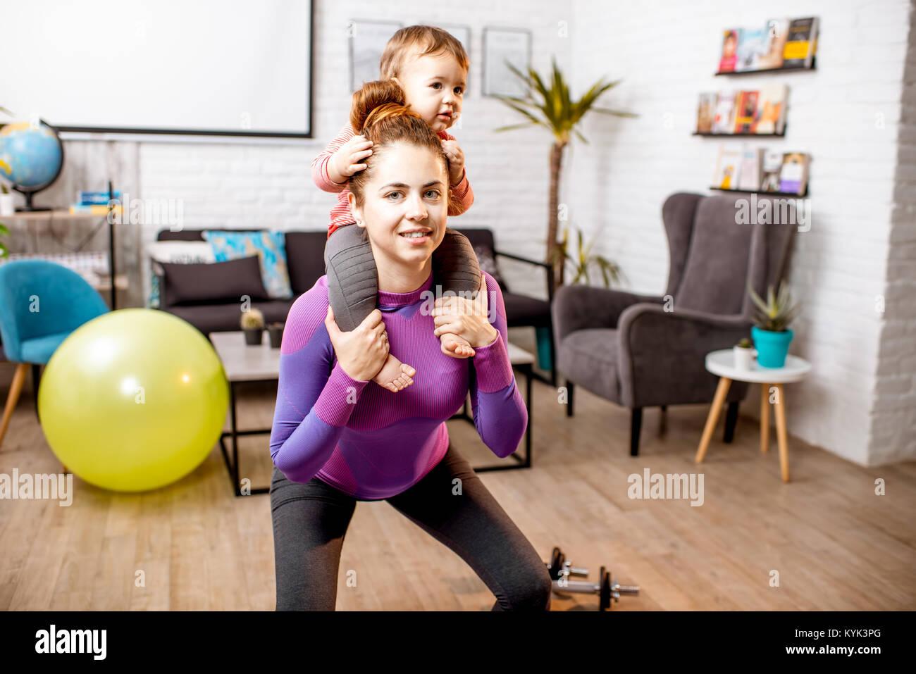 Madre haciendo deporte con su hijo Foto de stock