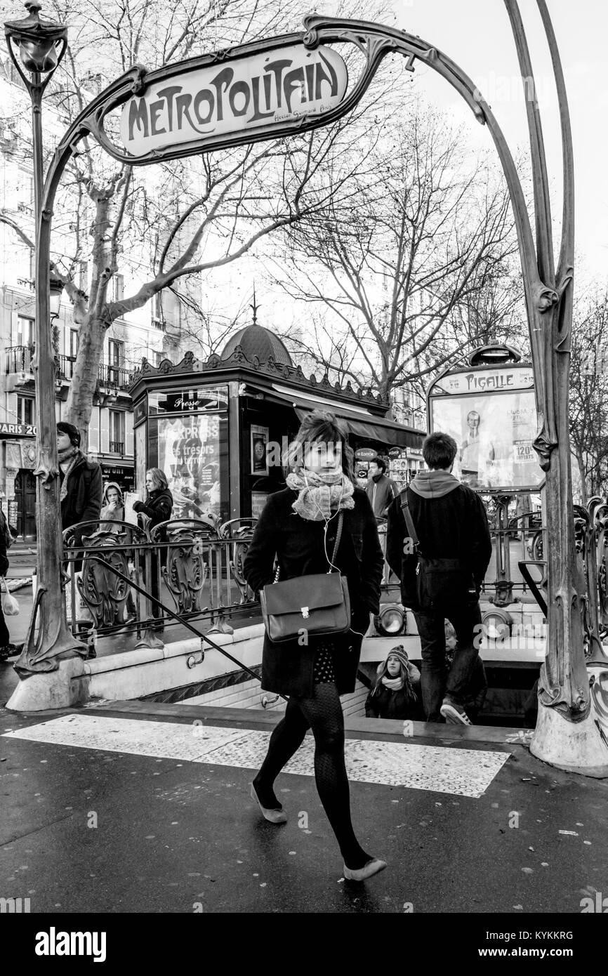 PARIS-JAN 2, 2014: París-JAN 2, 2014: la famosa Place Pigalle ...