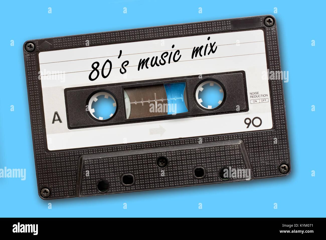 80's mezclar música escrita en vintage, cintas de casete de audio de fondo azul Imagen De Stock