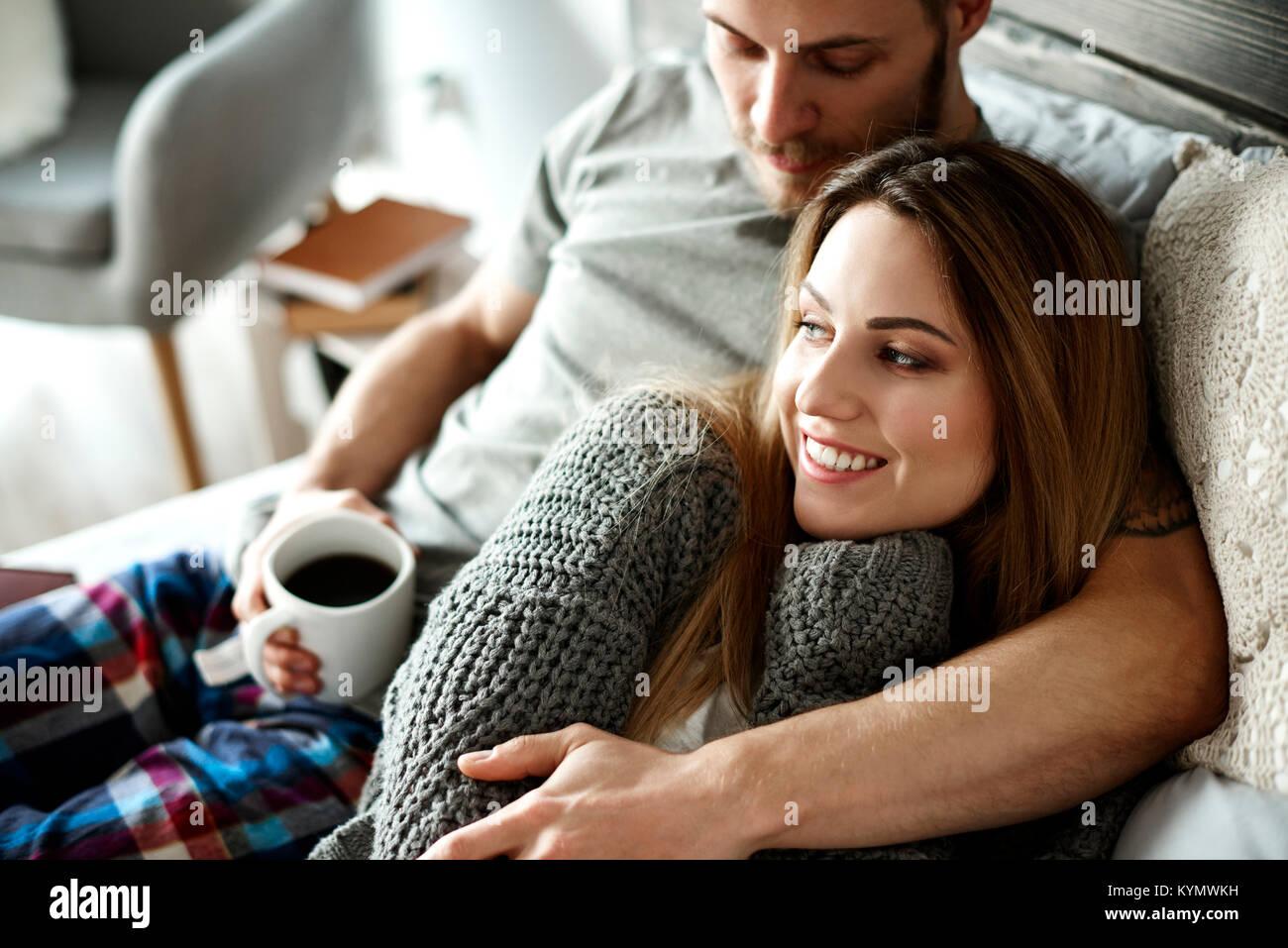 Abrazó afectuosa pareja acostada Imagen De Stock